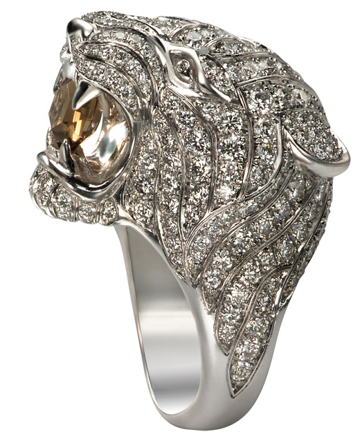Taylor Swift glows with the Tiger ring from Carrera y Carrera at the Billboard Music Awards