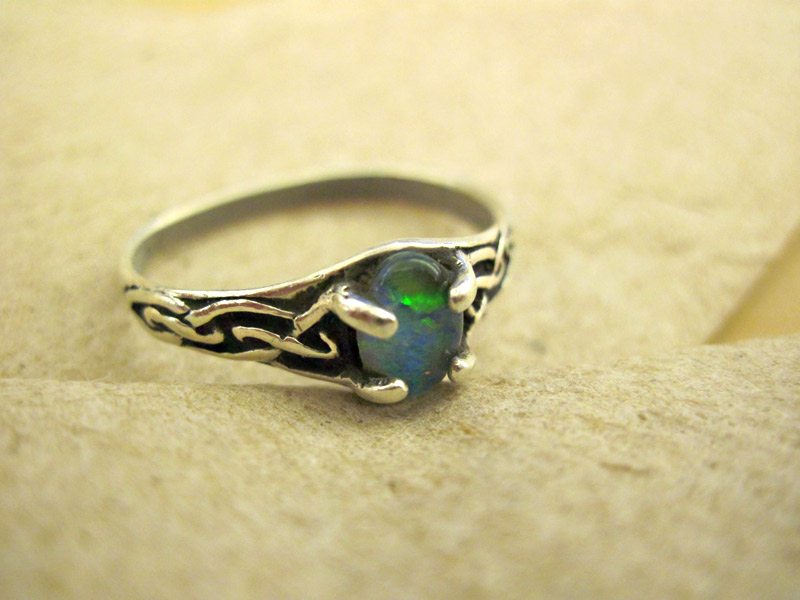 Reasons To Buy Emerald Rings And Other Antique Jewelry